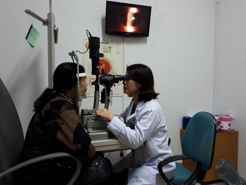 Bác sĩ Thanh Nga đang khám mắt cho bệnh nhân Thái
